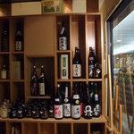 十二季家 歓 - 店内にも酒が飾られてます