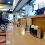 東京ラーメン大番 - 店内カウンター