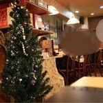 サイゴン・レストラン - テーブル席の奥にカウンター席があります