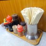 伊勢屋食堂 - 卓上の調味料と灰皿