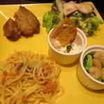 33791166 - ハーフサイズのパスタ、肉料理、サラダ、アヒージョ、サワークリームディップ