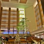 ストリングスホテル東京インターコンチネンタル - この吹き抜けのラウンジ、週末の夜はライブ演奏もあり、音も良く響きます。
