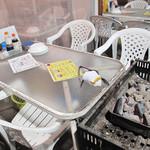 磯貝めんちゃんこのかきごや - お席はこんな感じで~。 炭焼きコーナー付きのテーブル席です。ちなみに夏はビヤガーデンになります。