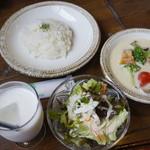 旅人カレー - サラダ、ライス、スープカレー、ラッシー