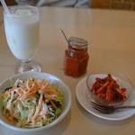 ラジェスタリー - セットのサラダ、別注のラッシー、サービスのアチャール、辛味ペースト