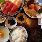 33908652 - 鮪のお鍋 小鉢のお刺身美味しい!
