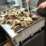 焼がきの はやし - 店頭で牡蠣を焼いています