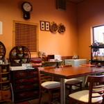 韓日茶苑 楽zen - 韓国雑貨に囲まれるテーブル席の他、1人でも気軽に座れるカウンター席。小さなお子さん連れのファミリーにぴったりの座敷もあり。