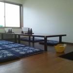 堀添食堂 - 座敷席の一部(卓上調味料はソース&醤油)