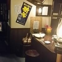 秋田きりたんぽ屋 - 切株をイメージした椅子にゆったりと座れば後ろには秋田の地酒が36種並びお酒が進みます!1名様からお気軽にご利用できます。車いすのお客様にも好評です!