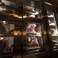 肉の旨味が目覚めるドライエイジング専用貯蔵庫