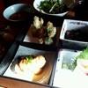 名月 - 料理写真:名月のランチ「おまかせ弁当 (1030円)」(日当たりが良すぎて、お刺身乃写真が跳ねてしまいました…)