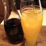 ビストロ オララ - デキャンタワインとオレンジジュース