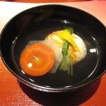 京懐石 美濃吉 - 椀物: かに真丈(亀甲大根/日ノ出人参/軸菜/柚子)