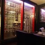 Angelique - 廊下との壁にグラスが飾られて
