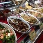 カーニバル - サラダや惣菜が並んでいます!