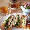 オランジェ - 料理写真:ツナがたっぷり入ったサンドとチーズサンドに季節のサラダが付いた800円のボリュームあるセット。ハーブティーは+300円でつけることができます。