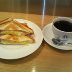 34285976 - ホットサンド チーズとソーセージ コーヒーはケニア