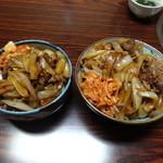 もうもう亭 - カルビ丼の普通盛り(左)と大盛り(右)