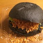 アンティーブ - 料理写真:池炭バーガー 食べる前に添付のチキンラーメンを挟む