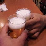 34303447 - 日づけも変わった2時過ぎ けだるい空気が流れる中で瓶ビールでかんぱい