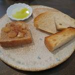 34311775 - 僕のお気に入りのパン盛合せ:てつぱん シナモンとラ・フランスと共に、食パンのトースト、(北海道産はるゆたか100%の)あかちゃんぱん、ライ麦のカンパーニュをオリーブオイルと塩で、焼菓子 パン・デピス1