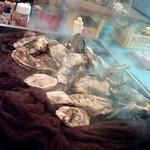かき小屋フィーバー222 - 2階席・ビールケースのテーブルの上で焼く牡蠣