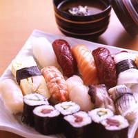 魚介類、全て天然モノ。鮨丸はランチにも手を抜きません