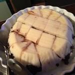 タプシハン サ カイビガン - 中に小豆が入っている。ココナッツミルクのソースをかける