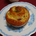 ジョアン - りんごロール 200円・・・・・おやつ感覚で楽しめます。ラムレーズンとリンゴの甘煮がたっぷり!