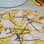 マンドリーノ - ピッツア・ポッロ 蒸し鶏のスライスと粉チーズでシンプルな白生地仕立て 人気です
