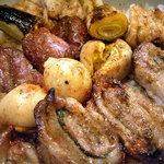 一鳥一舌 - 「焼鳥丼」串を外し、七味と山椒を振りかけて