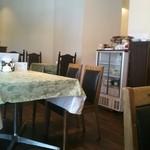 洋食のかね吉 - 店のテーブル席です。
