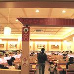 かっぱ寿司 - テーブル席。