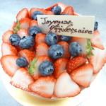 PATISSERIE  LE  TEIGNIER - 料理写真:お誕生日ケーキ。ピンクのビスキュイの中には、マスカルポーネとバニラビーンズのクリームといちごのジュレ。