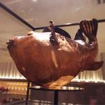 六本木 浜藤 - 入り口で回っているフグの剥製