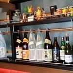 ブラボーチキン - 奥の棚には、一升瓶が並ぶ!