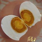 源豊行 - 塩漬けあひるの卵 咸蛋(6コ/540円)見つけました♪ それも中国産と台湾産がある! 違いがあるのかなぁって眺めてたらお店の方が台湾のより中国ものの方がキミがしっとりしてると教えて下さいました☆彡