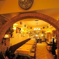 イタリアの下町ナポリの空気を感じる店内