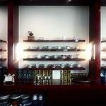 ミニヨン・ローズ - 飾り棚には有名ブランドのカップ&ソーサーが√