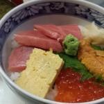 うおがし丼 かんの - 中トロ、うに、いくらの丼1200円、お味噌汁100円