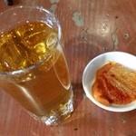 いくどん - ウーロン茶とキムチ