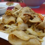 くるまやラーメン - (2014/12月)焼肉定食の豚はお皿から落ちそうな大盛り