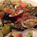 イタリア食堂&バル KIKUCHIYA - アサリ火入ればっちり お決まりのオリーブもゴロゴロ イタリアンパセリもケチらずいっぱい。w