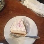 34840879 - 母も私も本日のケーキの「アップル・レアチーズ」自家製のカルヴァドス風アップルブランデーにつけこんだりんごを使いました、とのこと。