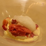 シェ・ヒャクタケ - デザートは、ホワイトチョコのアイス、苺のソルベ、シャンパンソルベを合わせたものにフレッシュ苺を散らしてあります