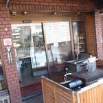 佐賀牛・犬鳴ポーク専門店 たつみや食品 - 店舗前で揚げています