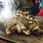 かき小屋 - 牡蠣、山盛り。