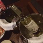 北の味紀行と地酒 北海道 - 北海道でミーティング☆ また世界の新たなる事実を色々と聴かせてもらっています☆  ワイン違いと白ワインの健康への効能を教えてもらいながら楽しんでいます。  塩辛とカニと合わせて美味しゅうございます‹‹\( ´꒳`)/››