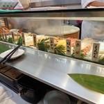 魚がし日本一 - カウンターに熊笹